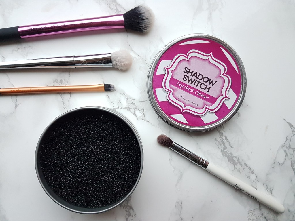 Shadow switch dry brush cleanser